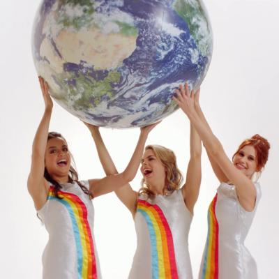 Hanne, Marthe en Klaasje steken videoclipAlle Kleurenin nieuw jasje