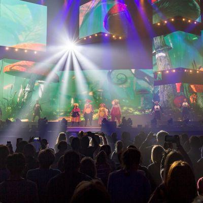 Jarige Plop danst samen met Baba Yega op remix Kabouterdans!