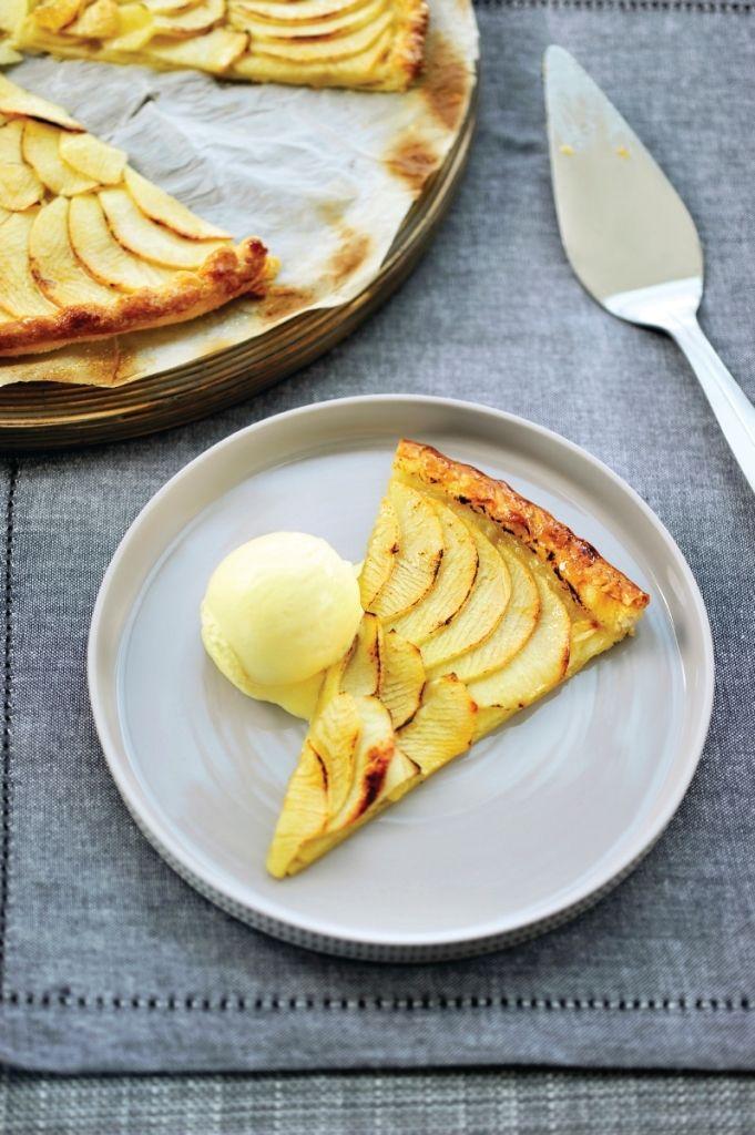 Appeltaart met vanille-ijs en slagroom