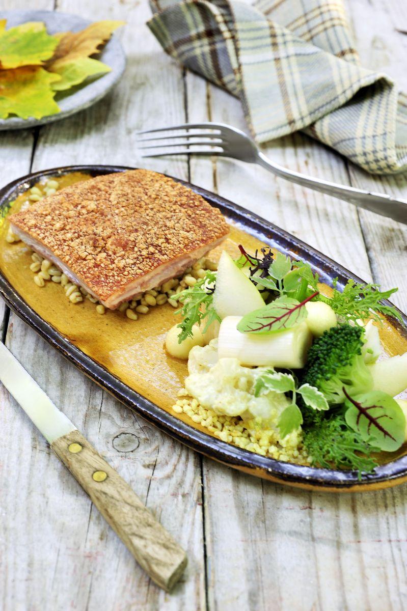 Gebakken buikspek met een slaatje van gekarameliseerde appel