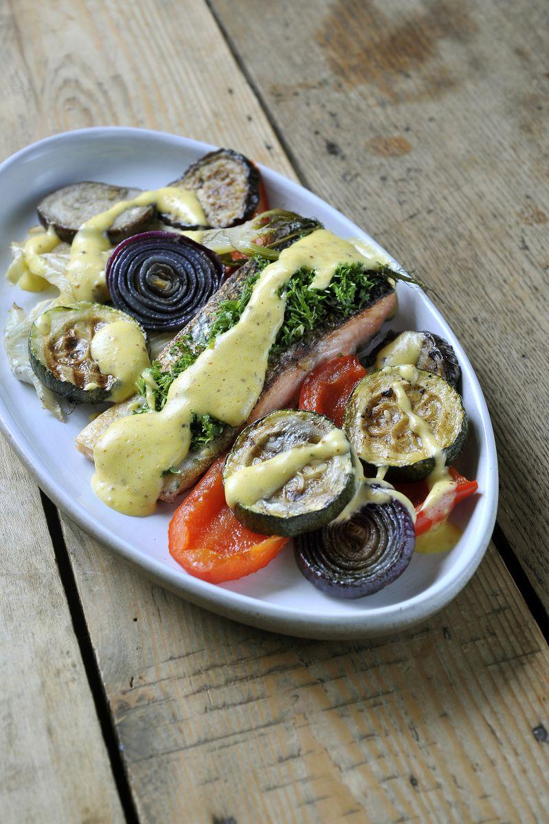 Geroosterde zalm met gegrilde groenten en dijonaise