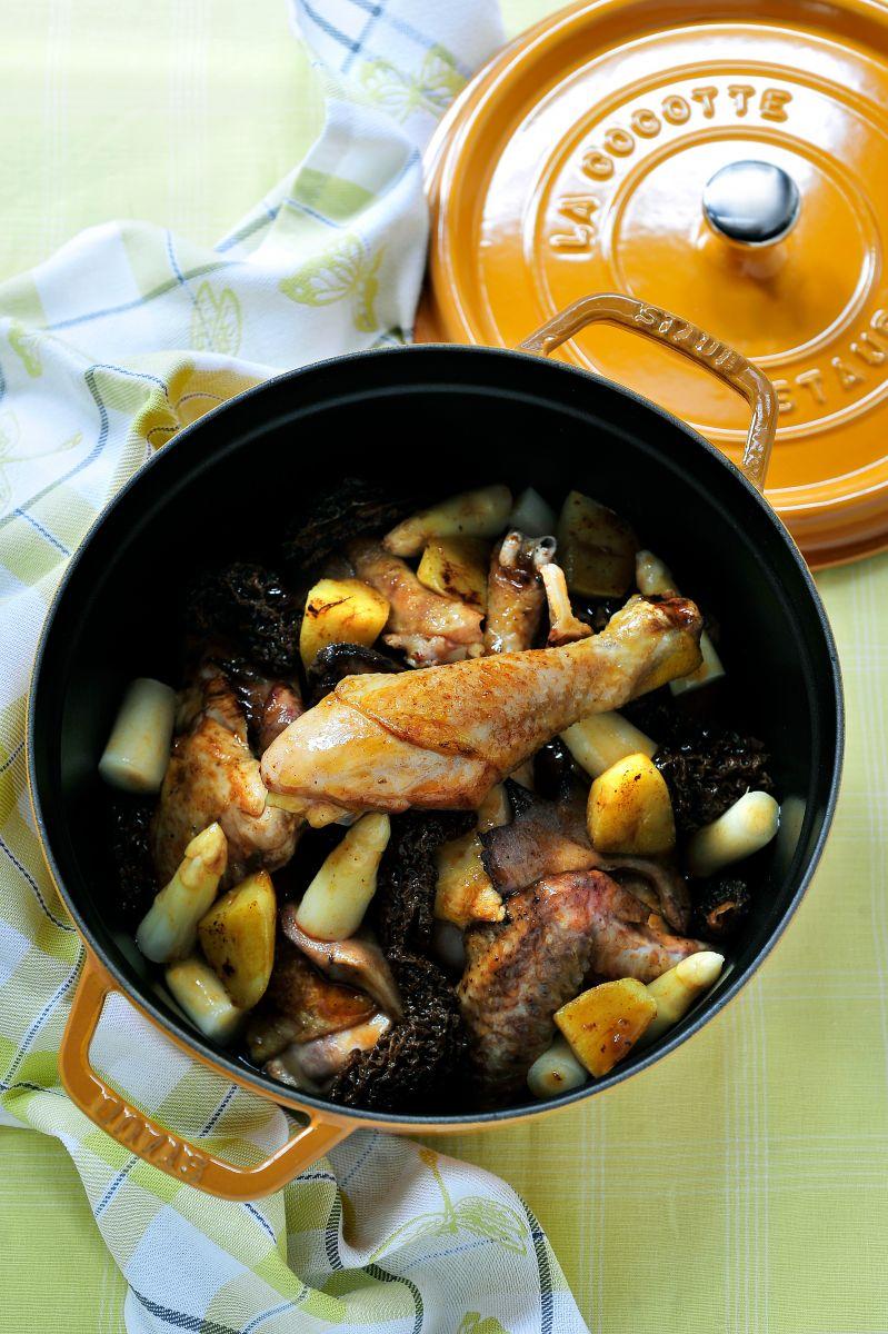 Gesauteerde kip met morieljes, asperges en aardappeltjes