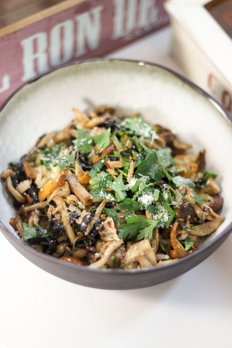 Risotto met feest van champignons en groene kool