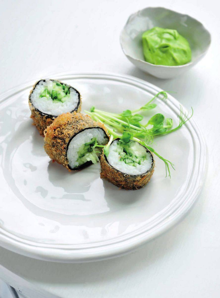 Gepaneerde sushi met mozzarella en komkommer