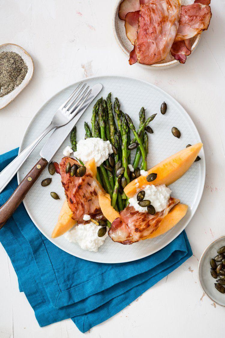 Groene asperges met meloen, ham en zoete cottage cheese