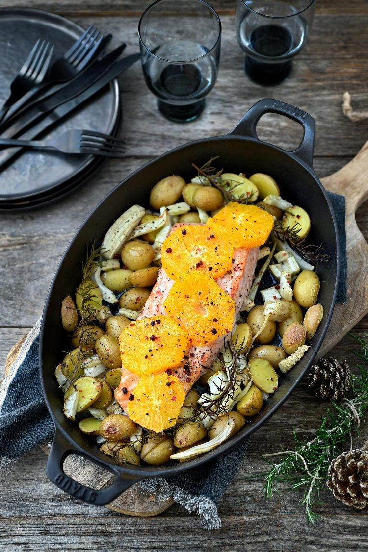 Feestelijke zalm uit de oven met appelsien, venkel en kruidenaardappeltjes