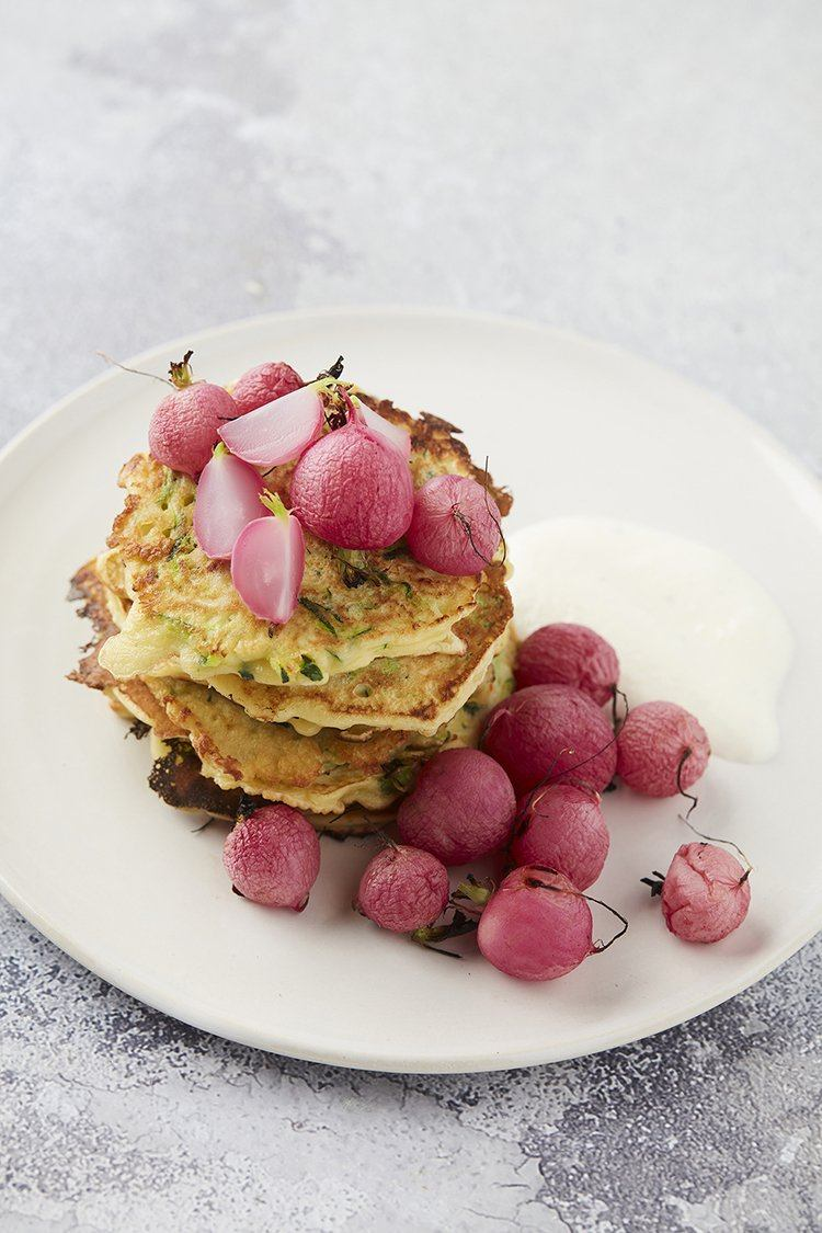 Courgettepannenkoekjes met geroosterde radijzen