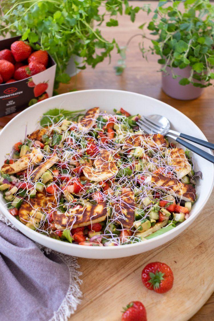 Salade met gegrilde halloumi en aardbeiensalsa