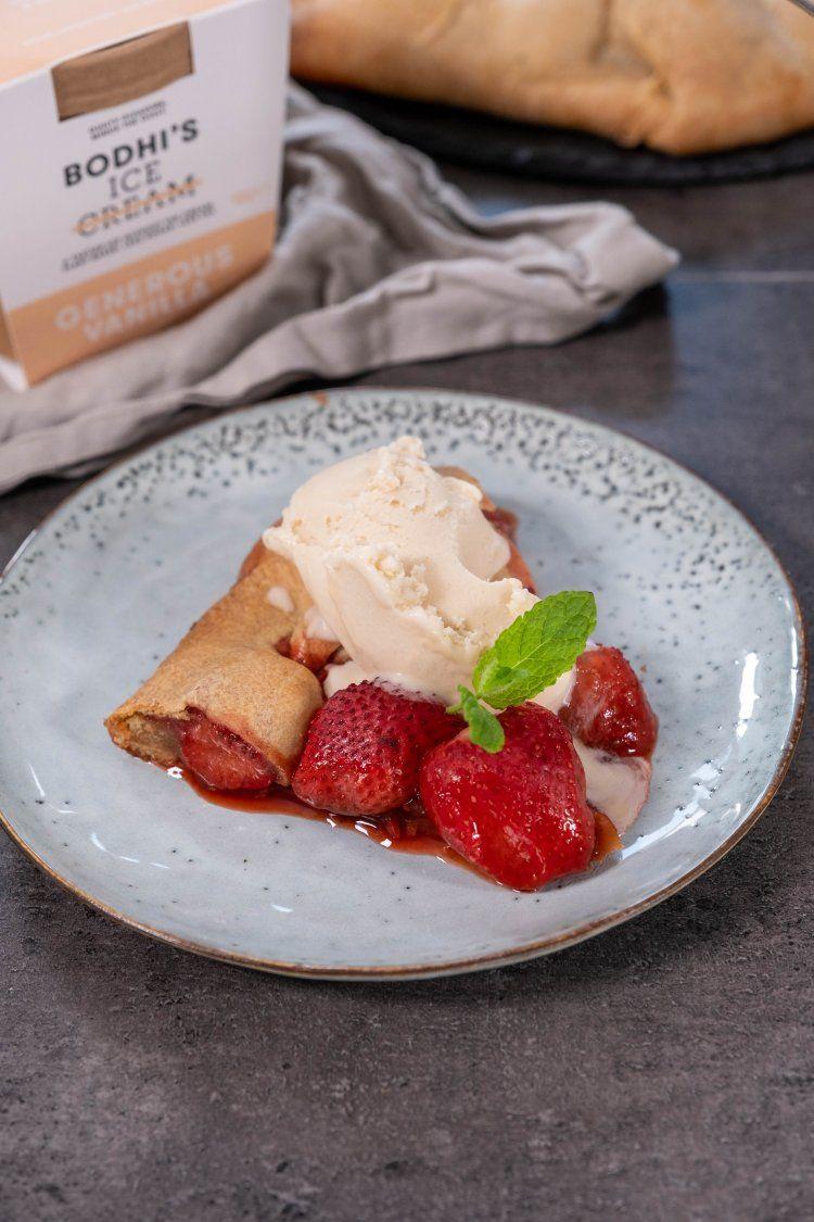 Vegan aardbeien galette met vanille-ijs