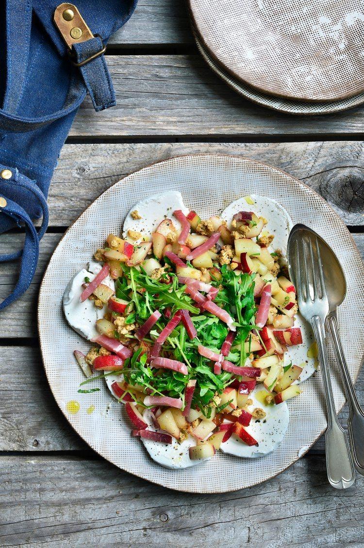 Salade van geitenkaas, perzik en parmaham