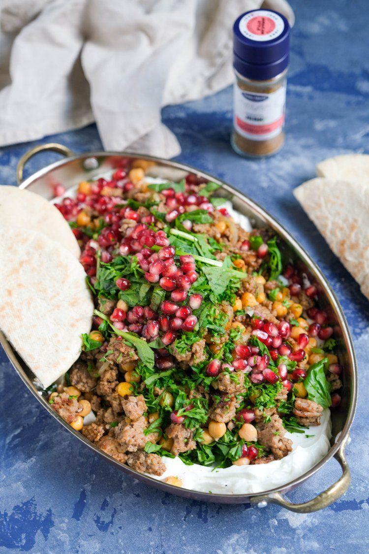 Libanese gehaktschotel met labneh en pitabroodjes