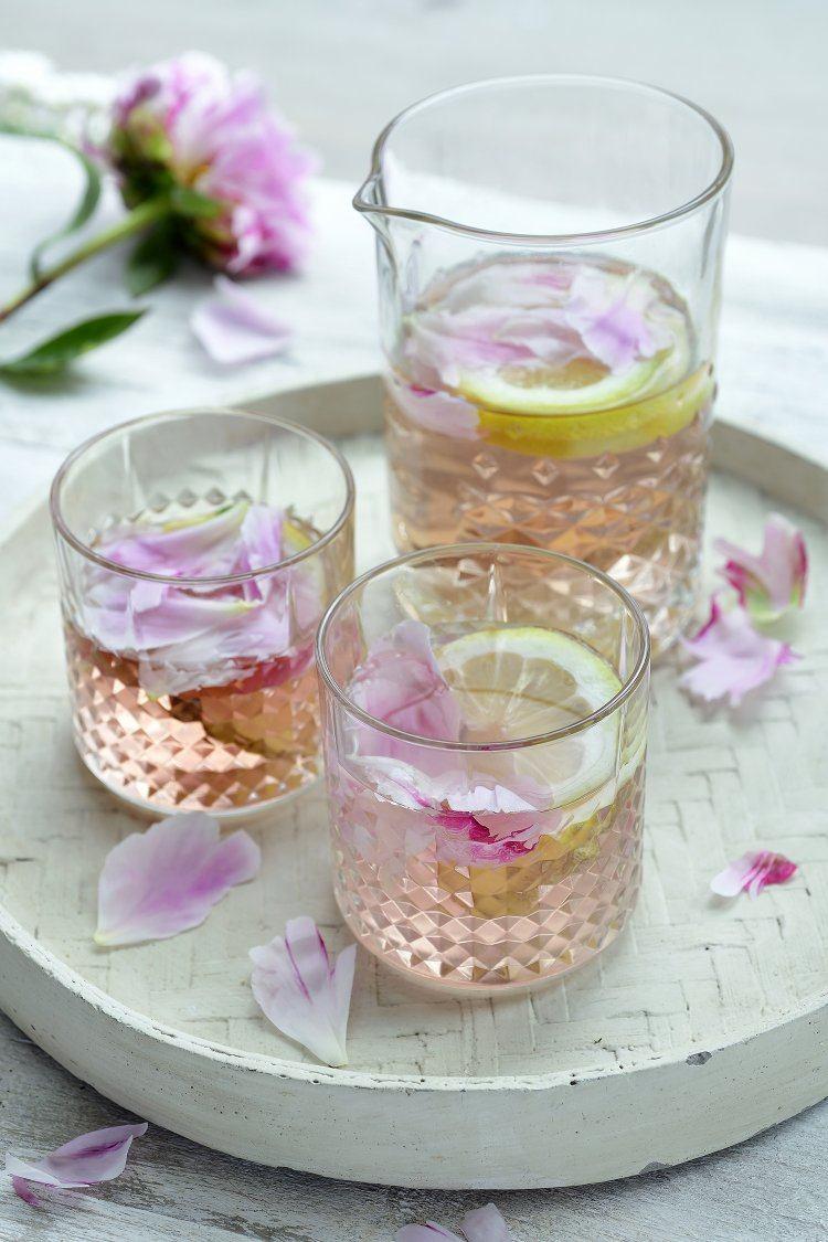 Mocktail met rozenblaadjes en gember