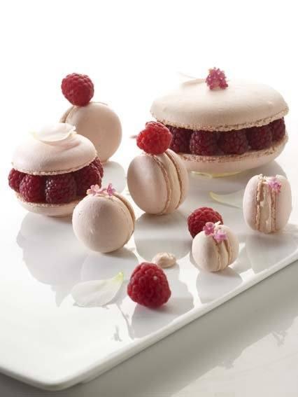 Macarons met gemarineerde frambozen