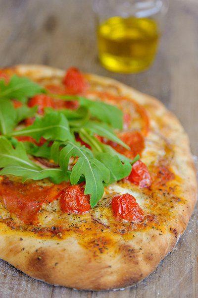 Pizza met salami, tomaat en rucola