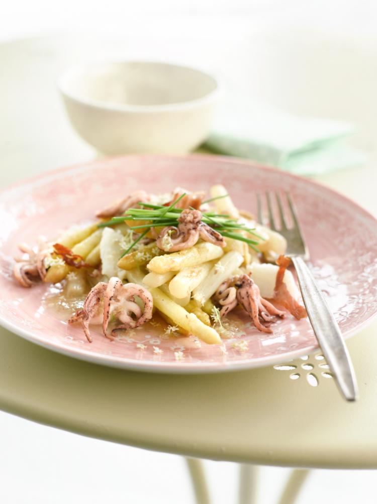 Slaatje met asperges, inktvis en krokante parmaham