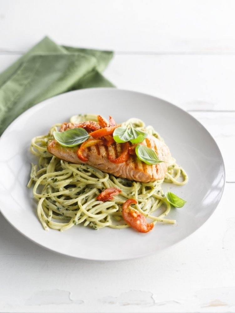Spaghetti met romige pesto en geroosterde zalm
