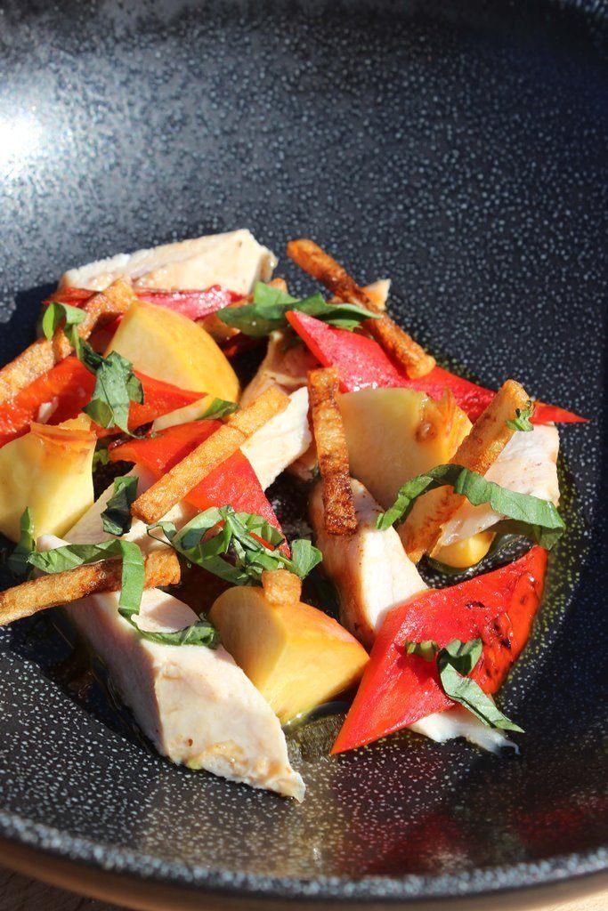 Kip met perzik, gegrilde paprika en basilicum