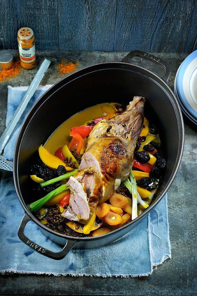 Lams-tikka met linzen, abrikozen, krenten en gestoofde zoete aardappelen