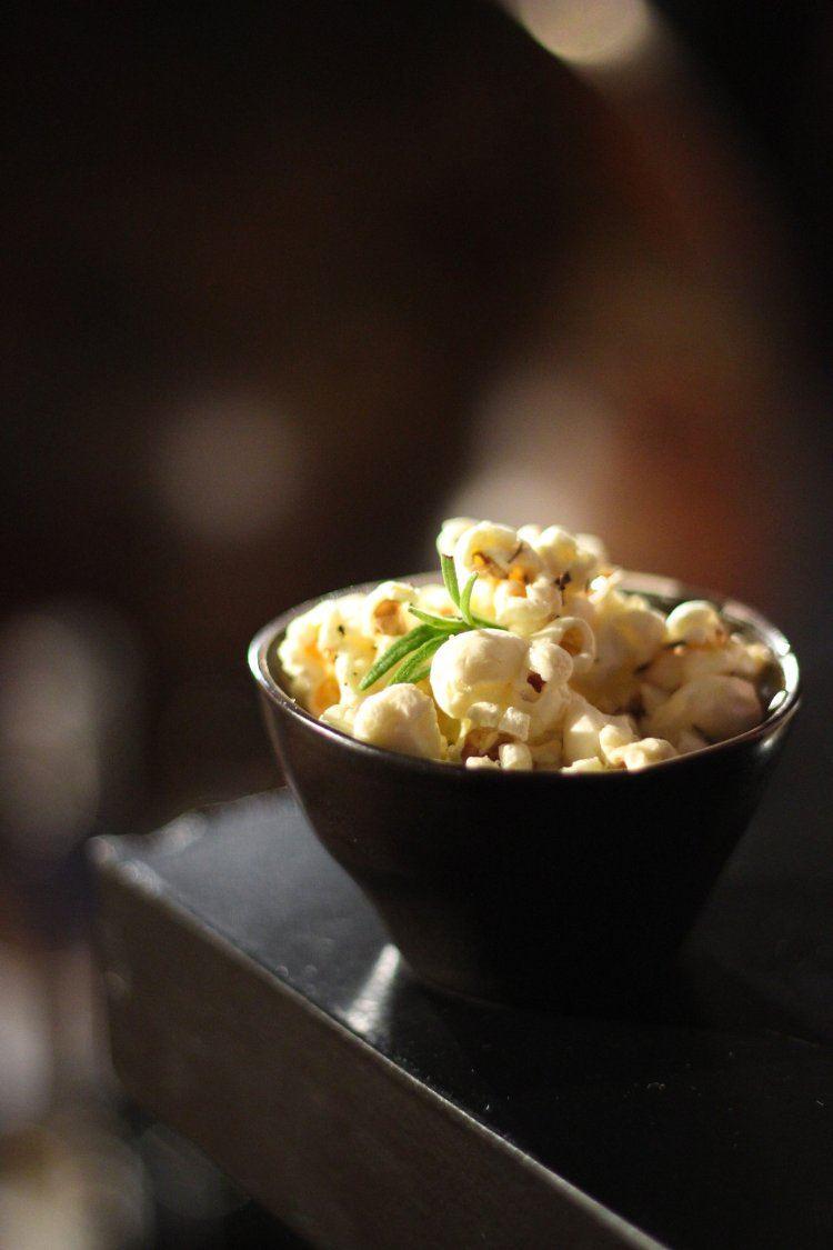 Gezouten popcorn met rozemarijn