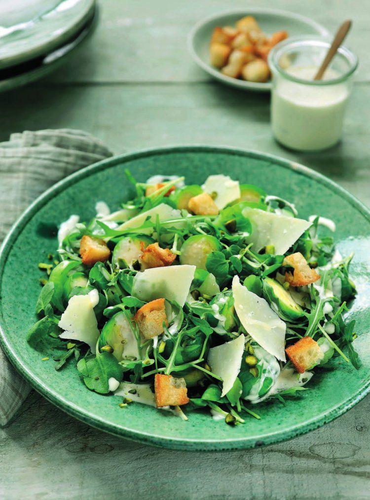 Caesarsalade met spruitjes en pistachenoten