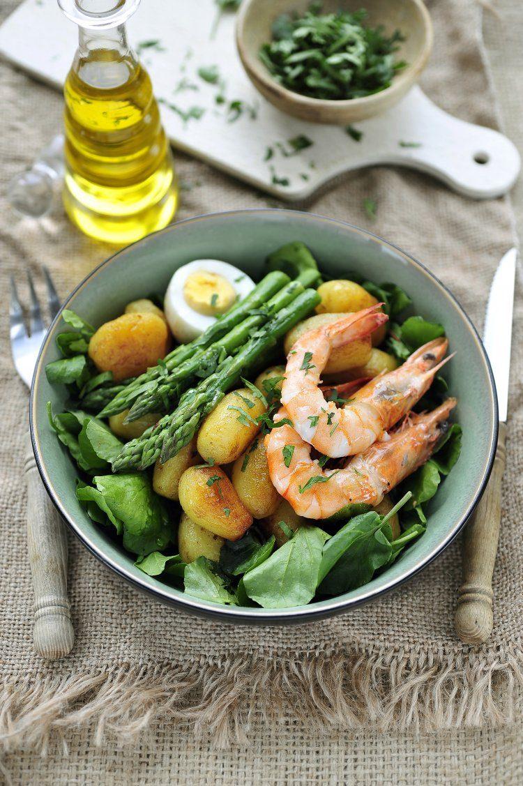 Salade met krieltjes, grote garnalen en aspergepunten