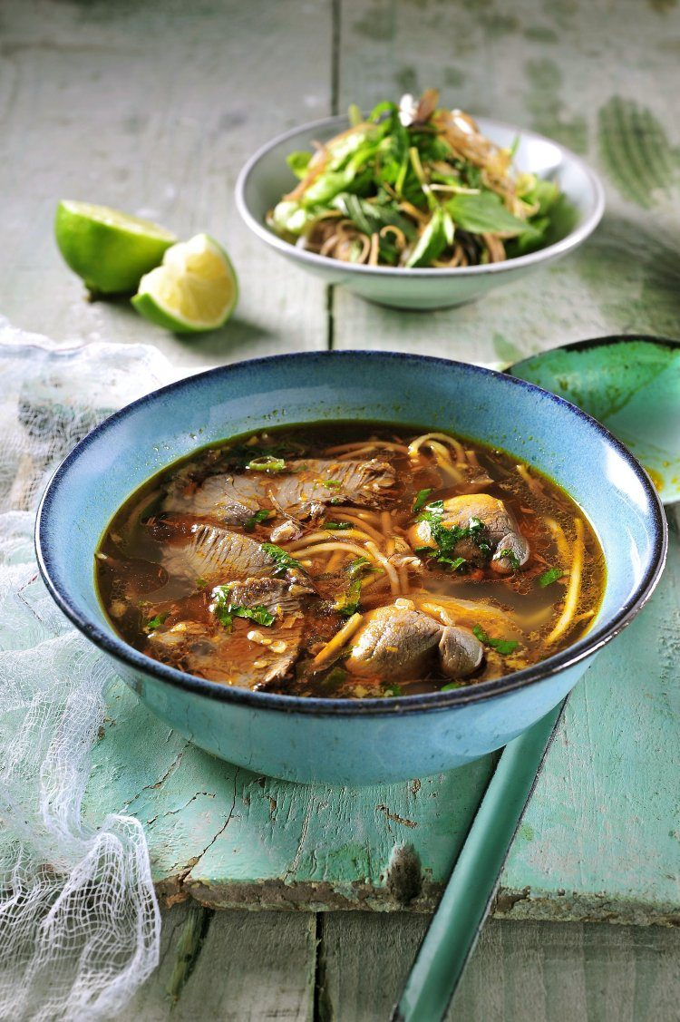 Pittige rijstnoedelsoep met rund- en varkensvlees