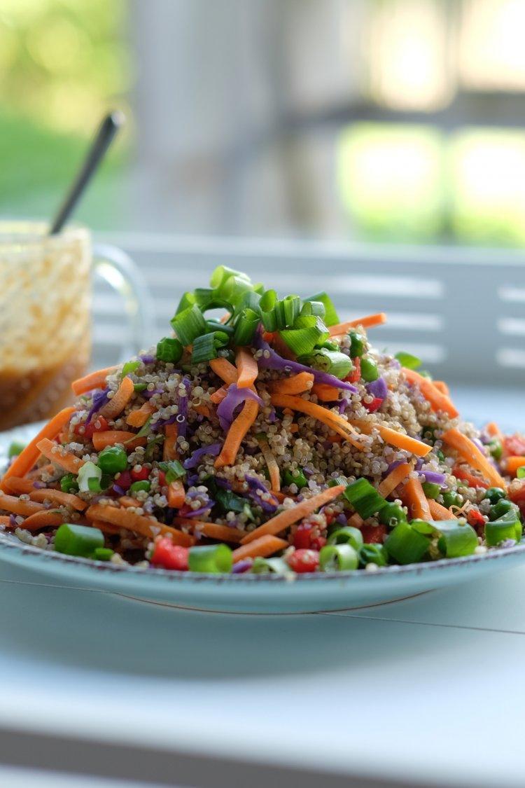Salade met quinoa en pindasaus