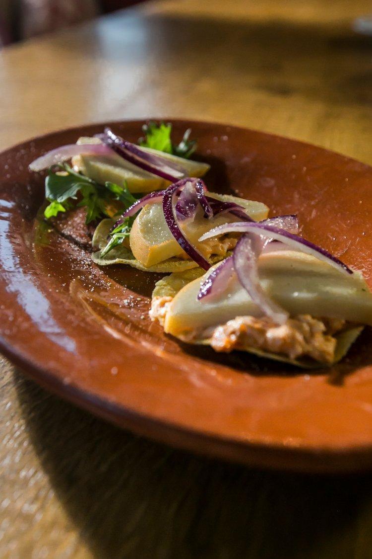 Maïspiadina met burrata en salsiccia