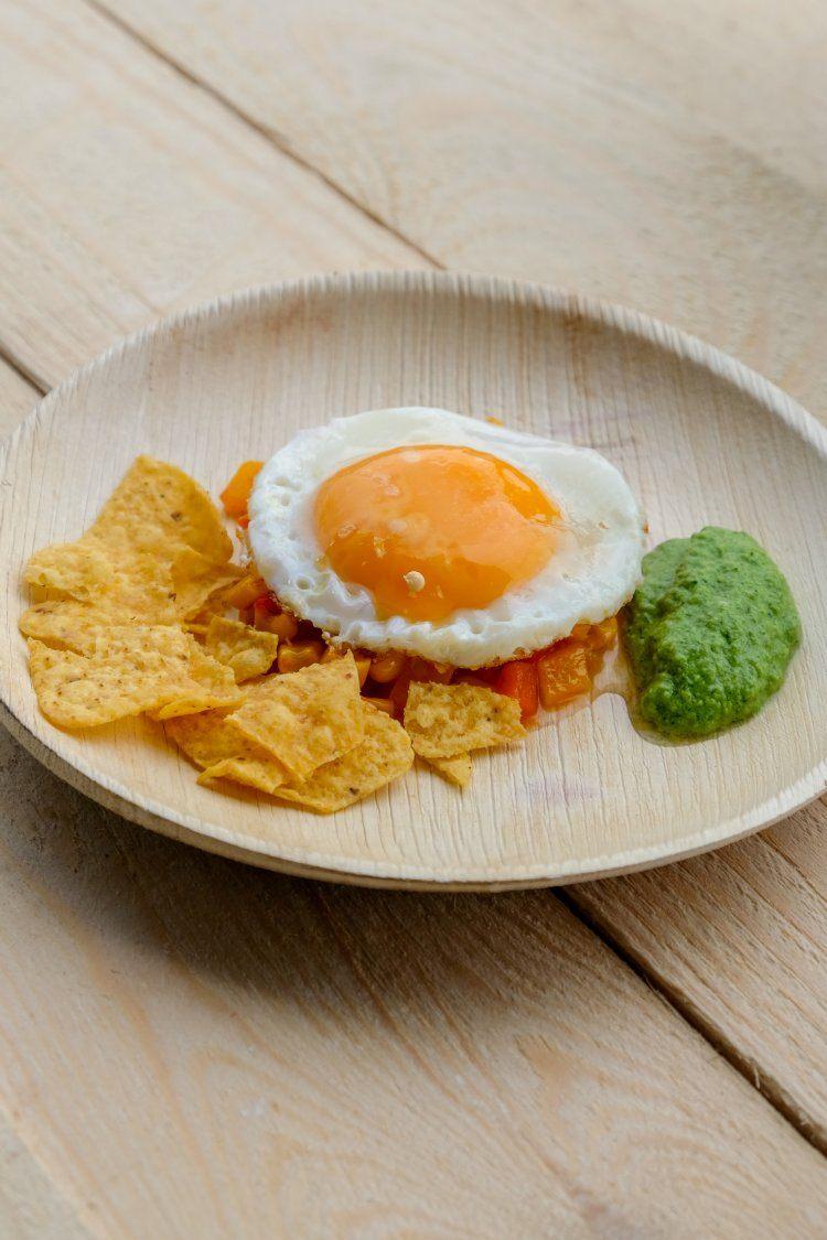 Mexicaanse spiegeleieren met groene chilisaus en nacho's