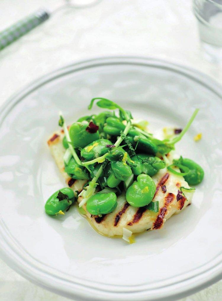Gergrilde halloumi met salade van tuinbonen, met algen en citroenvinaigrette