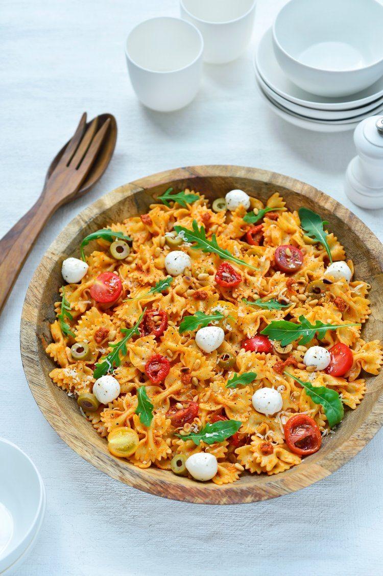 Pastasalade met rode pesto en mozzarella