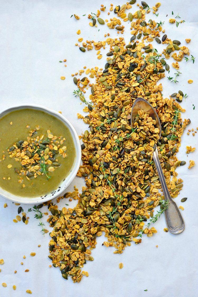 Broccoli-preisoep met hartige granola