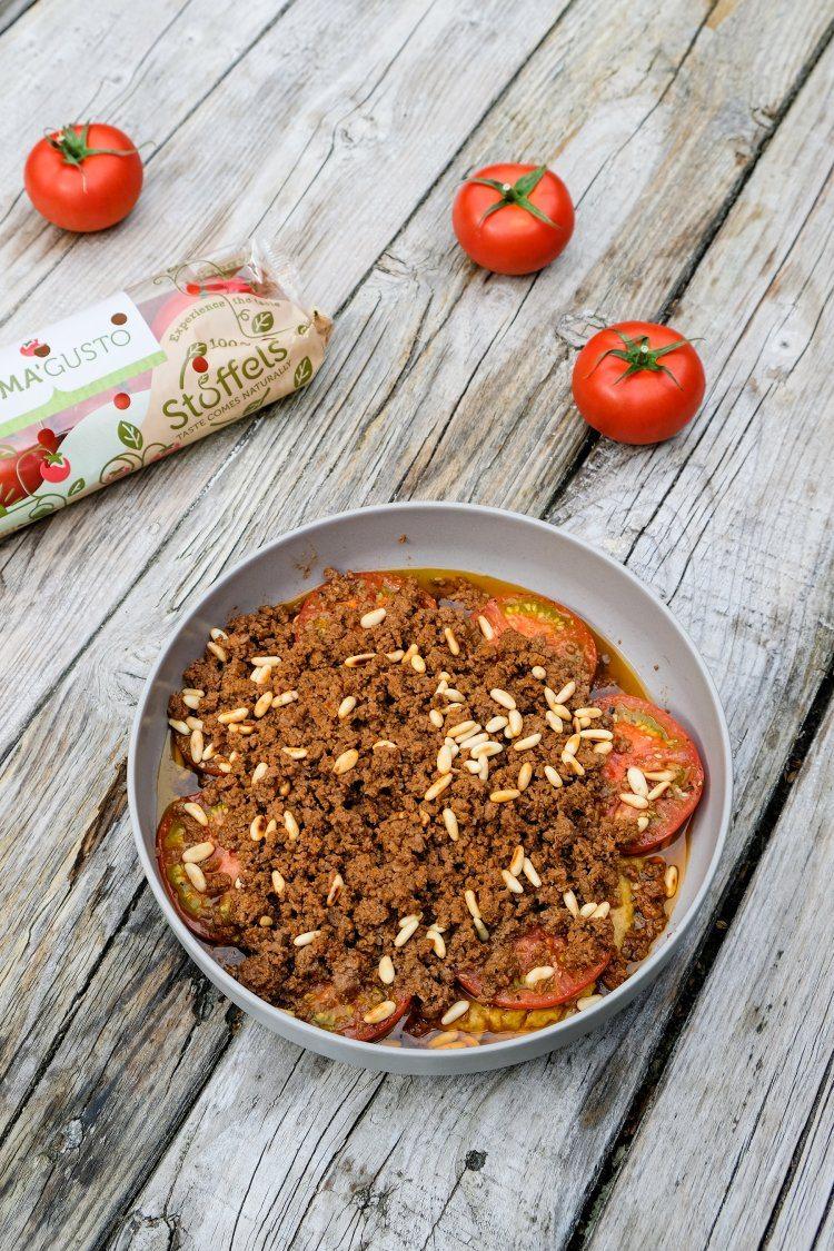 Hummus met merguezgehakt, pijnboompitjes en warme tomaat