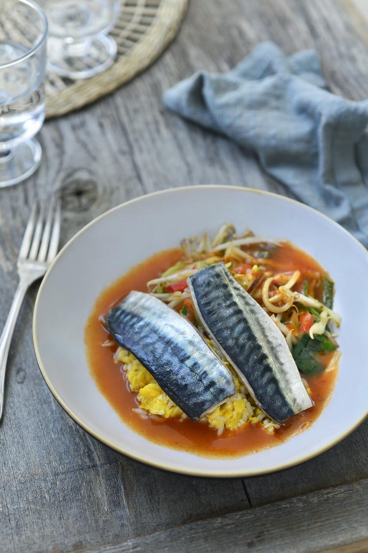 Gebakken makreel in rode curry