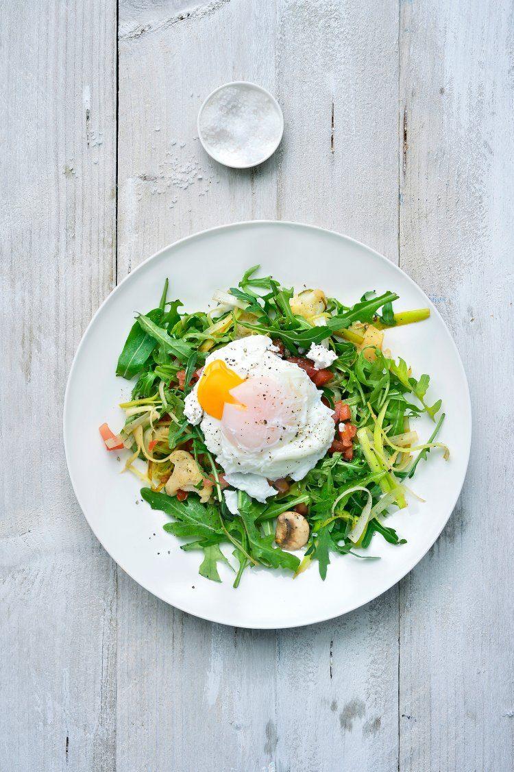 Lauwe salade met geitenkaas en een gepocheerd eitje