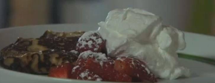 Lekker lichte pannenkoeken met opgeklopte room en verse aardbeien