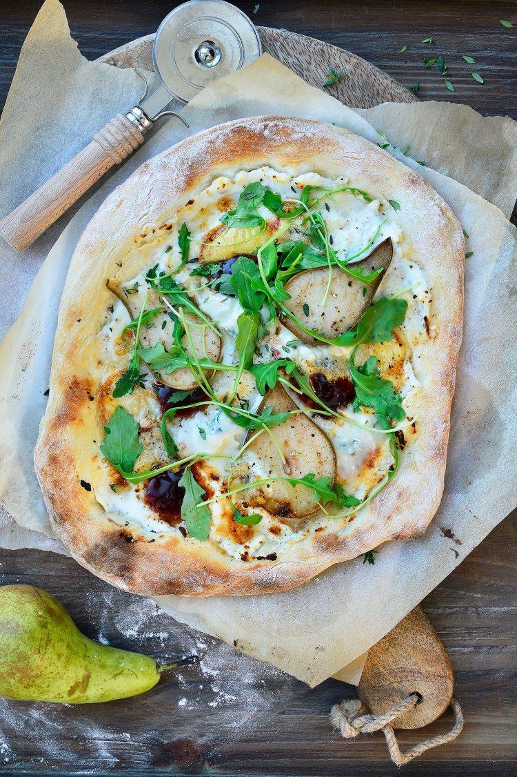 Pizza met peer, blauwe kaas en Luikse siroop