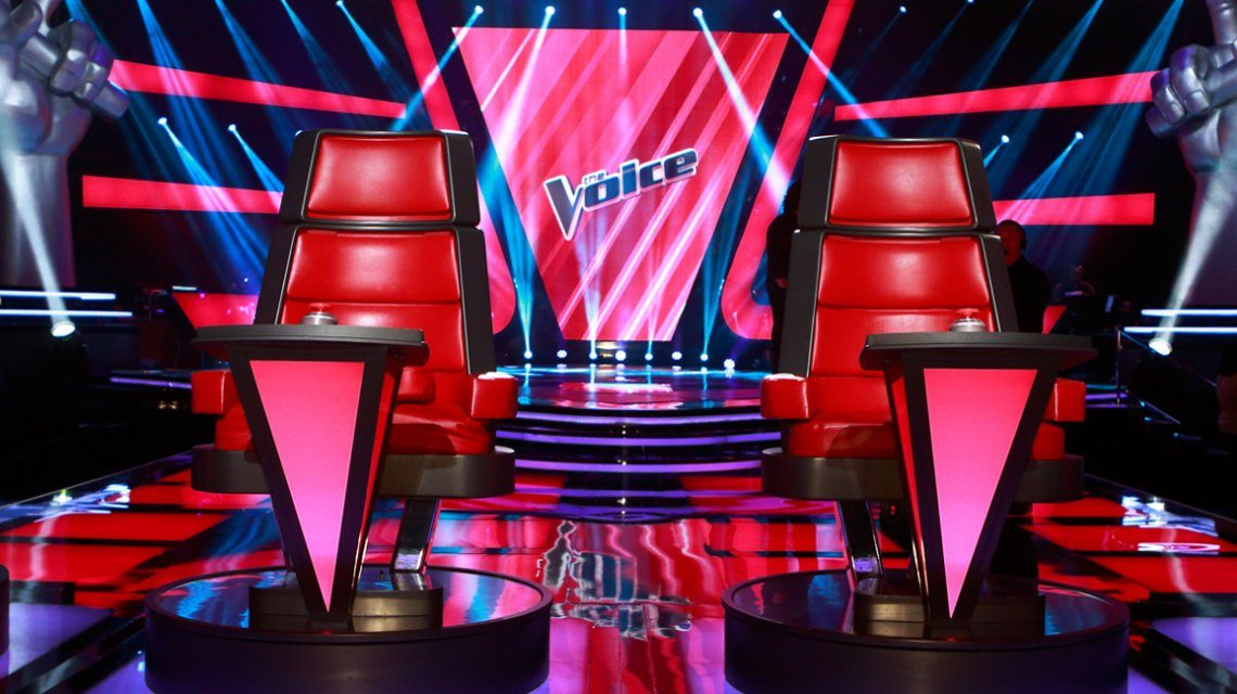 K3 naast Gers Pardoel, Sean Dhondt en Laura Tesoro in The Voice Kids!